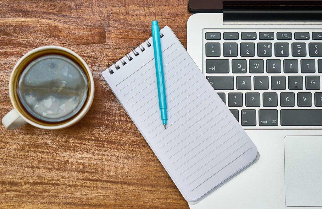 Kaffee-auf-Schreibtisch-Ernährungssachen